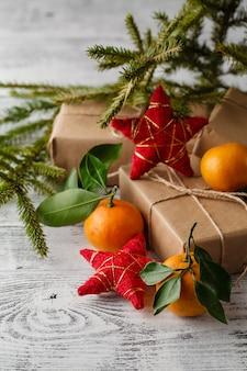 Composición navideña en canasta con mandarinas y abeto