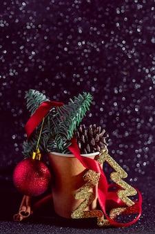 Composición navideña. conos de abeto en la taza de papel para café. elementos de decoración de vacaciones.