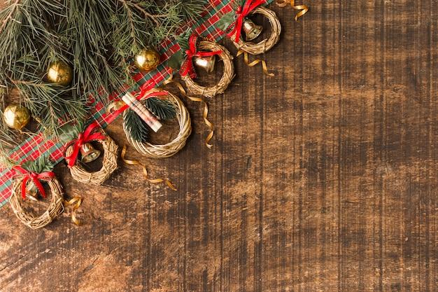 Composición navideña de coronas pequeñas.