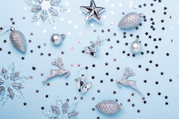 Composición navideña decoración plateada en azul pastel