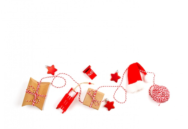 Composición navideña con decoraciones de navidad sobre el fondo blanco.