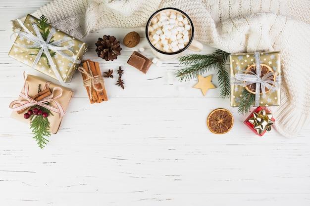 Composición navideña envuelta de regalos y cacao.