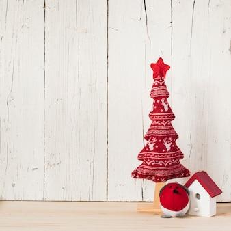 Composición navideña con espacio vacío a la izquierda.