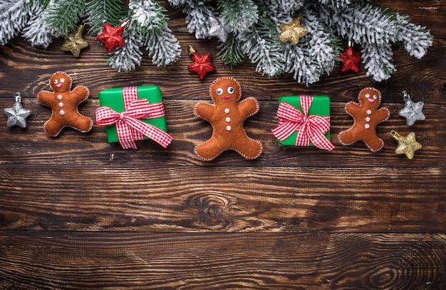Composición navideña con fieltro hombre de jengibre