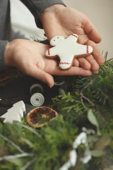 Composición navideña. fondo de invierno corona de navidad. corona navideña hecha a mano