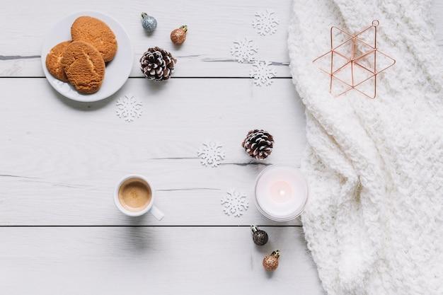 Composición navideña de galletas con vela.