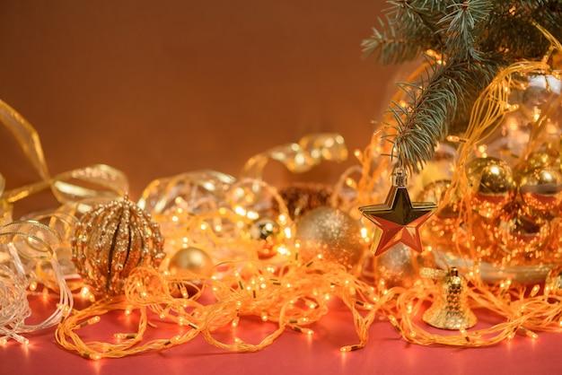 Composición navideña golden christmas star colgando de una rama de abeto
