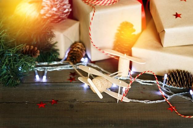 Composición navideña hecha a mano sobre fondo de madera