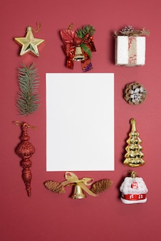 Composición navideña de juguetes navideños, dulces y ramas de abeto