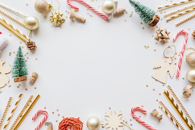 Composición navideña con juguetes sobre fondo blanco.