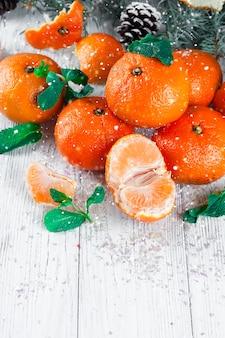 Composición navideña con mandarinas.