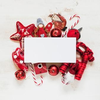 Composición navideña con maqueta de espacio en blanco