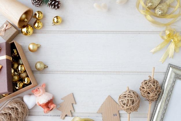 Composición navideña con marco de decoración navideña.