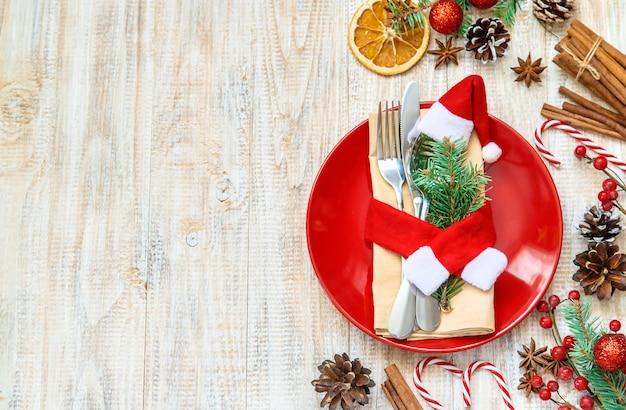 Composición navideña con mesa puesta