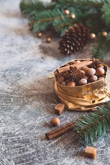Composición navideña con nueces, conos, palitos de canela y anís. tarjeta de felicitación.