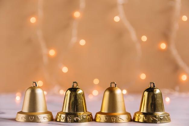 Composición navideña de pequeñas campanas metálicas.