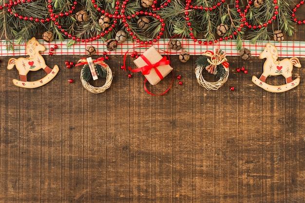 Composición navideña de pequeñas coronas y caja de regalo.