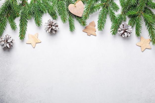 Composición navideña con ramas de abeto y decoración natural.