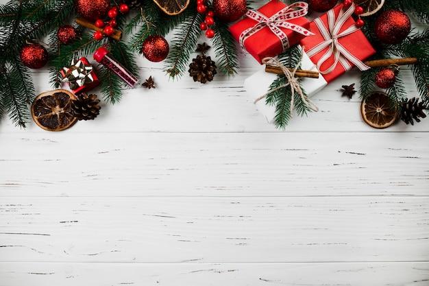 Composición navideña de ramas de abeto y regalos.