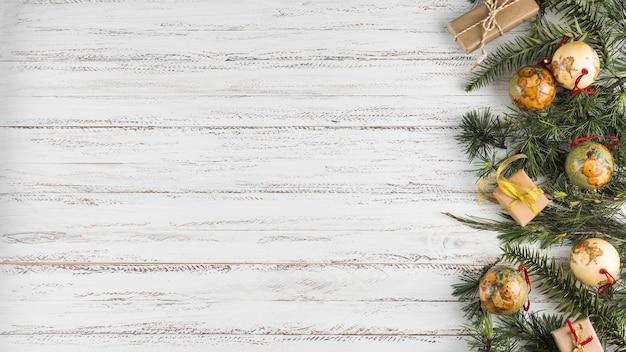 Composición navideña de ramas con adornos.