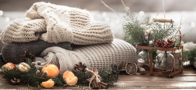 Composición navideña con ramas de árboles de navidad, frutas y piñas