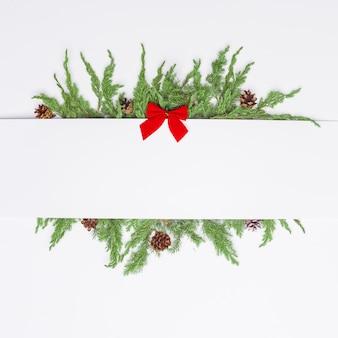 Composición navideña de ramas coníferas, decoraciones y dulces. endecha plana. vista superior concepto de año nuevo de naturaleza. copia espacio