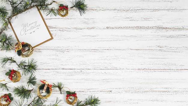 Composición navideña de ramas con coronas.