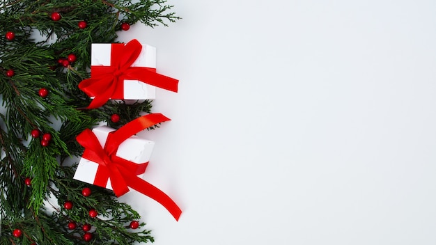Composición navideña sobre un fondo blanco.