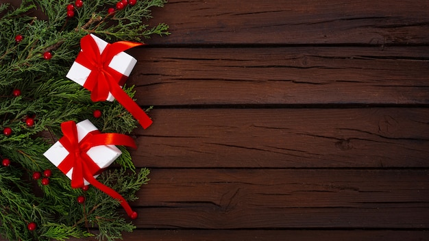 Composición navideña sobre un fondo de madera