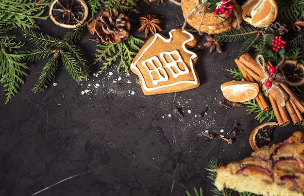 Composición navideña sobre un fondo negro