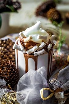 Composición navideña taza de cacao