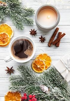 Composición navideña con taza de café y decoraciones