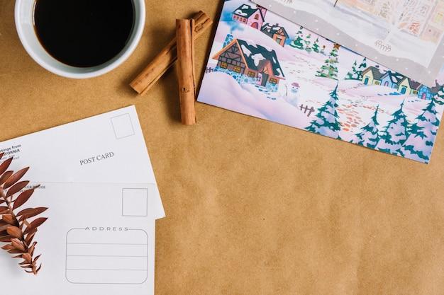 Composición navideña de taza de café con postales.