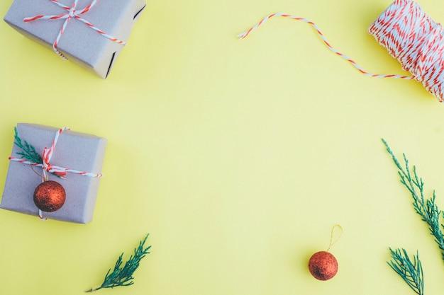 Composición navideña. vista plana y superior. regalo de navidad.