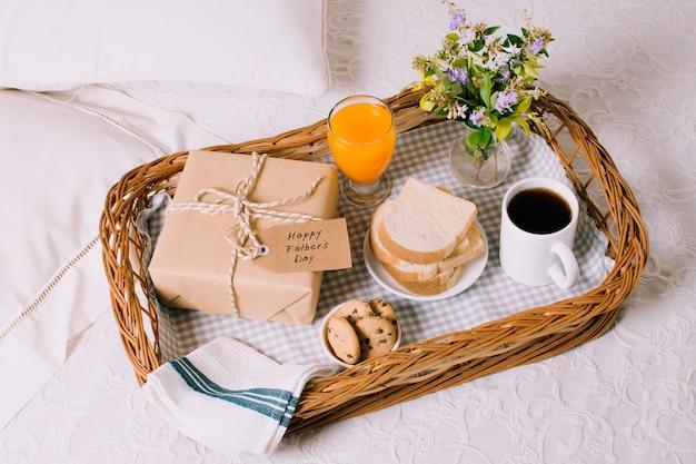Composición de objetos de desayuno para el día del padre