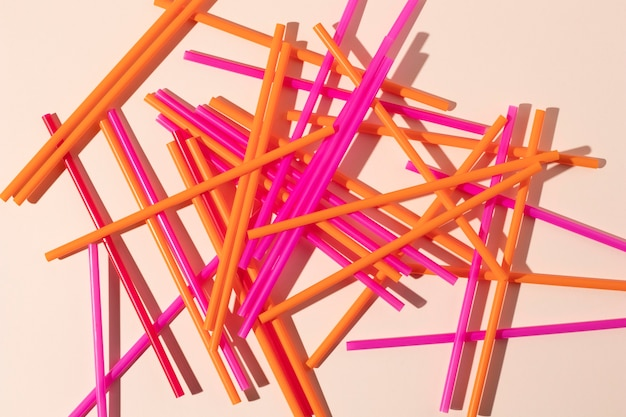 Composición de objetos plásticos no ecológicos