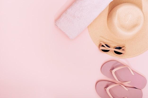 Composición de objetos de playa rosada.