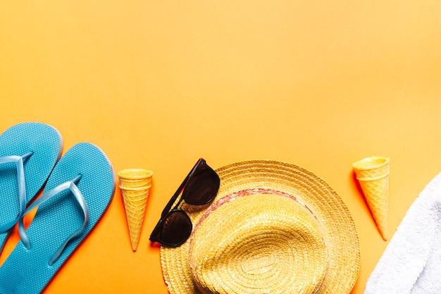 Composición con objetos de playa sobre fondo multicolor.