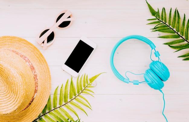 Composición con objetos de verano sobre fondo claro.