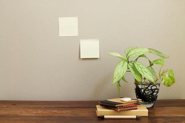Composición de oficina con planta en maceta