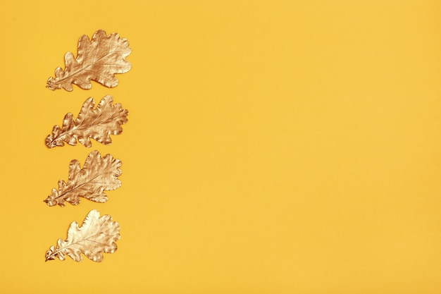 Composición otoñal con hojas doradas