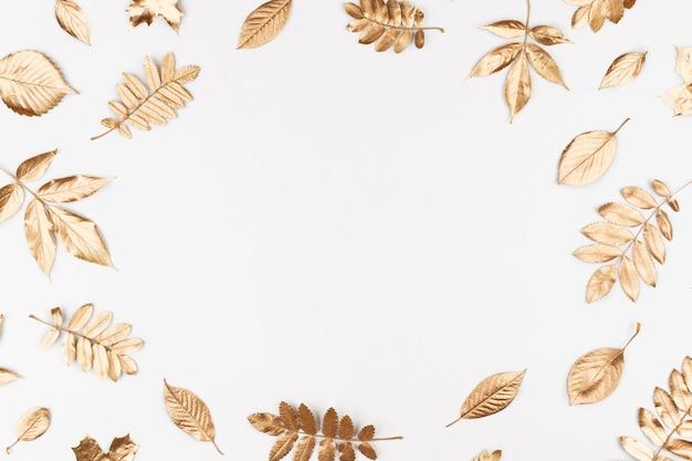 Composición otoñal marco hecho de hojas doradas otoñales sobre fondo blanco vista plana endecha superior
