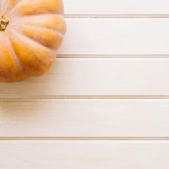 Composición de otoño con calabaza y espacio