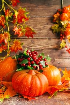 Composición de otoño con calabazas en mesa