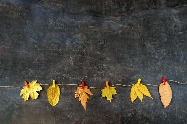 Composición de otoño con hojas doradas.