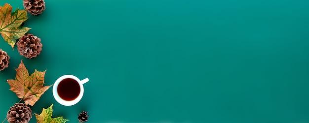Composición de otoño. octubre hojas secas, piñas y fondo de taza de té. plantilla otoño, otoño, halloween, cosecha concepto de acción de gracias. vista plana endecha, superior, espacio de copia de banner largo