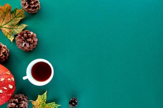Composición de otoño. patrón hecho de hojas secas de octubre, conos de pino y fondo de taza de té. plantilla otoño, otoño, halloween, cosecha concepto de acción de gracias. vista plana endecha, superior, fondo del espacio de copia