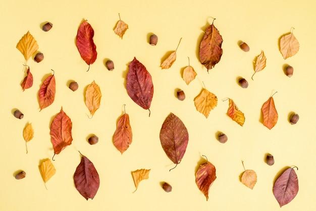 Composición de otoño. patrón de otoño fondo de hojas doradas. endecha plana, vista superior, copyspace
