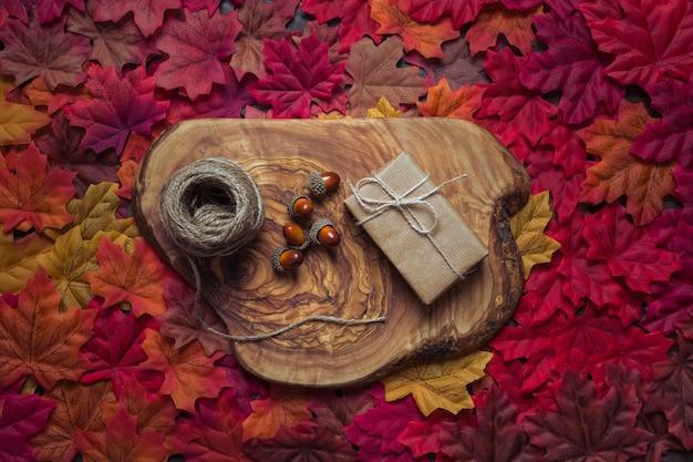 Composición de otoño en tocón de madera