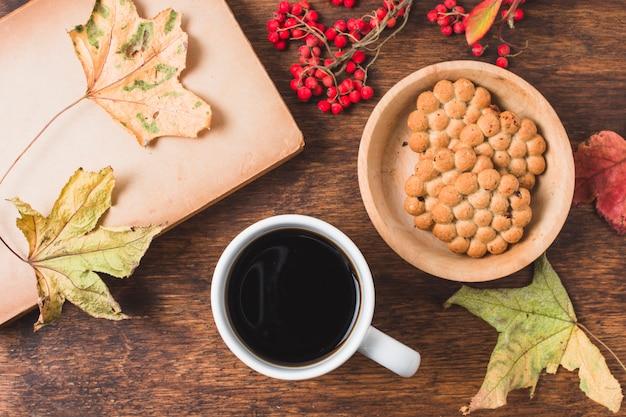Composición de otoño vista superior con café y galletas